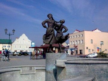 Na rynku w Siewierzu - Na rynku w Siewierzu - fontanna Siewierskie Panny. Statua człowieka robiącego sztuczkę na deskoro