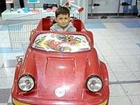 Karolek2007 - Karolek en su carro de juguete favorito.