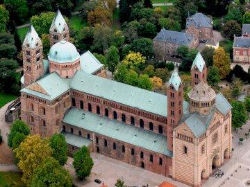 Kościół romański - kościół pełen romańskich i tym podobnych. Zamek na szczycie budynku.