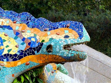 Lizard in Park Güell - Above the main entrance towers a large staircase leading to the Hypostyle hall, divided by various f
