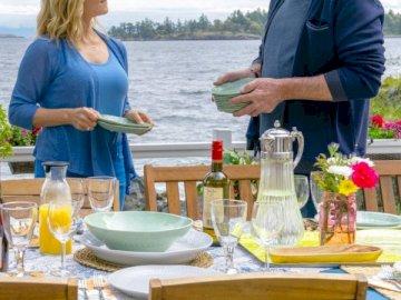 Megan e Mick - Megan Mick Chesapeake Shores. Un gruppo di persone sedute a un tavolo da picnic.