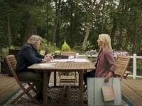 Mick a Megan - Chesapeake Shores Megan Mick. Skupina lidí, kteří sedí kolem dřevěný stůl.