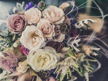 Pastellrosenstrauß - Blumenstrauß in verschiedenen Farben. Tunbridge Wells, Großbritannien. Eine Nahaufnahme einer Blum