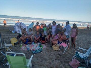 jkscvsdvv - wefcqfq2ef2wev2wefw2efc2evc 2vj2ev 2eqoimvcwelcwdjcnjlxc. Un grup de oameni pe o plajă.