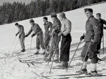 Kurs narciarski sił powietrznych, - Fotografia w skali szarości przedstawiająca ludzi wykonujących śnieżne niebo w ciągu dnia. Aus