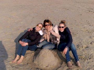 La photo puzzle! - photo à reconstituer !. Un groupe de personnes assises sur une plage.