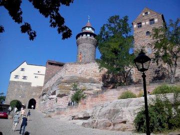 в Нюрнберг - Нюрнбергски замък, замък Хълм. Група хора, които вървят