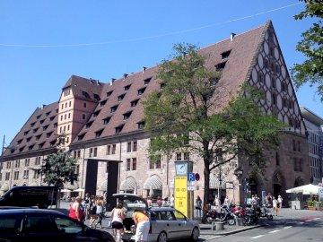w Norymberdze - budynek z charakterystycznym dachem. Samochód zaparkowany na ulicy miasta.