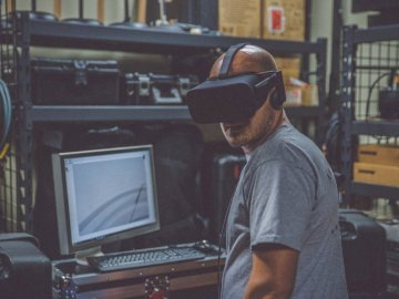 Wo sind meine Schlüssel? - Person mit schwarzem VR-Headset vor dem Computer. Bonita Springs, Fl. Ein Mann, der vor einem Comput