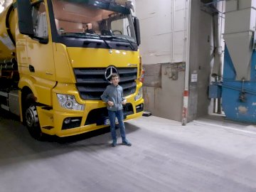 Puzzle ciężarówki - Durdtuoodiezyoyzeoryzydozdyzoiydzzfyofyzllfy. Żółta ciężarówka stoi na poboczu drogi.
