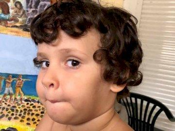 Ruben Vincendo - Uśmiechający się portret Rubena. Mały chłopiec, który je trochę jedzenia.