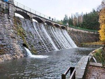 Zapora na Łomnicy. - Zapora na Łomnicy                       . Długi most nad wodą.