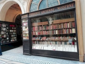 Парижка книжарница - Втора ръка книжарница в аркада, Париж. Преден магазин с