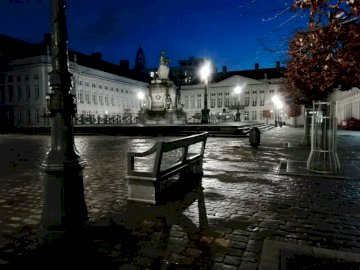 Place des Martyrs - Place des Martyrs, Bruxelles; mokra jesienna noc. Ławka na ulicy miasta.