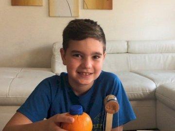 IKER Gonzalez - Iker en casa junto a la mesa del salón y la cocina, dia de verano divertido y caluroso.
