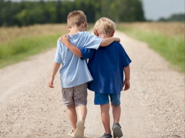 Christian - Les puzzles représentent deux collègues. Un petit garçon qui se tient dans la terre.