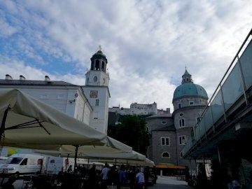 в Залцбург - изглед към сгради и замък в Залцбург.