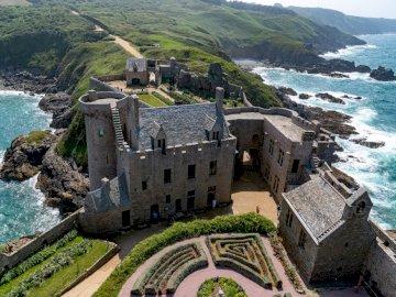 Британски замък - Британски укрепен замък. Скалист остров насред водно т