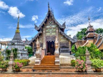 Chiang Mai- - Сграда на храма в Чиангмай. Статуя пред сграда.
