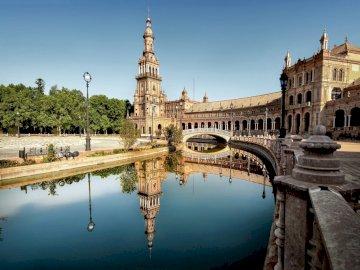 Widok na pałac - Pałac nad wodą pałacowy dziedziniec. Most nad zbiornikiem wodnym.