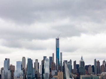 NYC силует в облачен ден - Града на града под бяло облачно небе през деня. Ню Йорк.