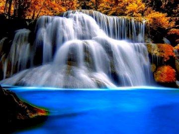 Aussicht - Aussicht................ Ein großer Wasserfall über etwas Wasser.