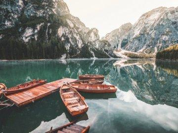 Visualizza - Visualizza.............. Una barca seduta sulla cima di una montagna.