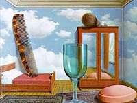 Osobní hodnoty - Bavte se při malování Magritteho malby!. Sklenici vína sedí na stole.