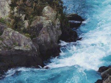 Presa Aratiatia, Taupo, Nueva - Acantilado de río y roca. Una gran cascada y una piscina de agua.