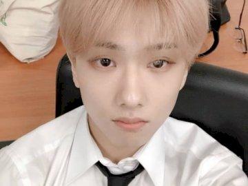 Jisung NCT - ksjkfsdjkafhjkshjdhskjdfhsfdasghfahjdhjkshdjksha. Młody chłopak w garniturze i krawacie.