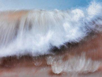 La vague qui approche - Peinture d'une vague de mer. Madison, WI. Une image floue d'une cascade.