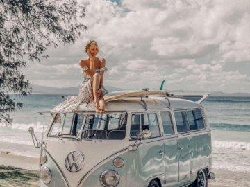 Aparcado en la playa - Aparcado en la playa para dia de surf. Osoba prowadząca samochód.
