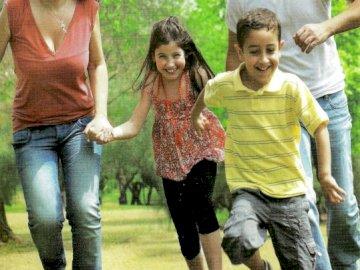 Jesteśmy dziećmi Bożymi - Dziecko Boże. Dzieci. Rodzina. Młoda dziewczyna bawić się piłkę nożną na polu.