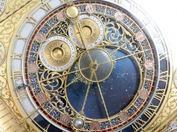 Mechanizm - mechanizm retro zegarka trybiki. Zbliżenie na złoty zegarek.
