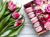 Подарък за мама - Букет цветя и кутия сладки. Група розови цветя на маса.