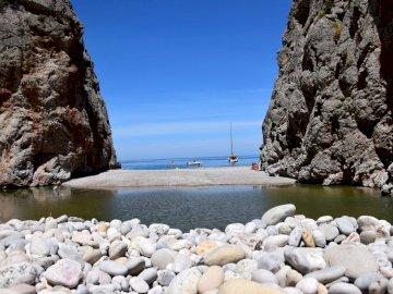 Spiaggia di Sa Calobra - Spiaggia Sa Calobra a Maiorca. Una persona in piedi in una zona rocciosa.