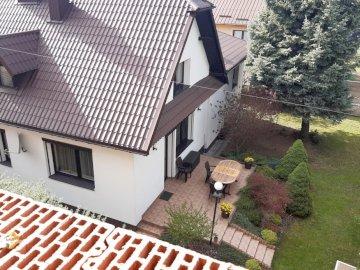 dom widziany z góry - dom widziany z góry od sąsiada. Wystawa w ogrodzie.