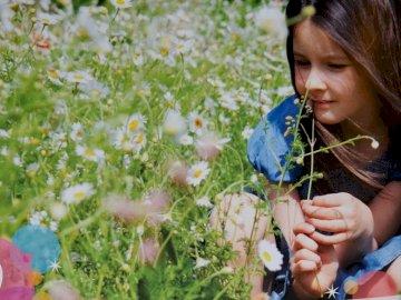 Estelesa Wrappers von Bellesa - Puzzle auf es veu la bellesa de la Creació. Eine Person, die eine Blume hält.