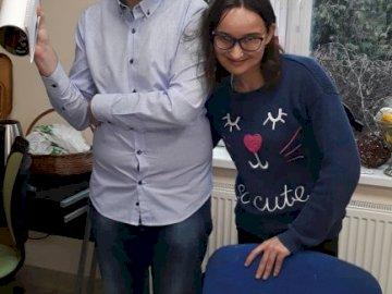 Es lebe der Meister! - Der größte Geburtstag!. Ein Mann und eine Frau stehen vor einem Kuchen.