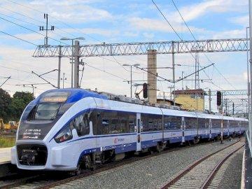 Dart pkp intercity - PKP intercity Dart czy fliter nie wiem. Duży długi pociąg na stalowym torze.