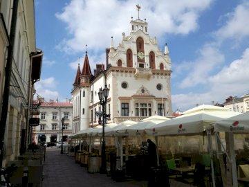 ratusz w Rzeszowie - Ratusz – budynek magistratu miejskiego w Rzeszowie. Grupa ludzi stojących przed budynkiem.