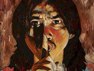 Szsz... Cicho sza - portret, cicho sza, mężczyzna, głowa. Osoba ubrana w kostium.