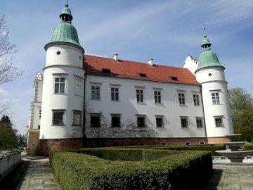 baranów sandomierski - renesansowy zamek w Baranowie Sandomierskim. Duży ceglany budynek z wieżą zegarową.