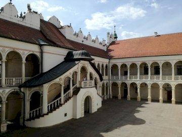 Baranów Sandomierski - dziedziniec zamku w Baranowie Sandomierskim. Duży ceglany budynek.