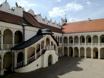 Baranów Sandomierski - двор на замъка в Baranów Sandomierski. Голяма тухлена сграда.