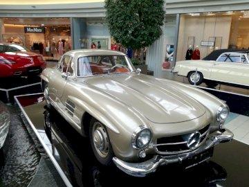 Mercedes 300 SL - Mercedes bonita no shopping. Um carro estacionado ao lado de um edifício.