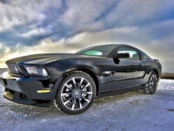 Racing Ford - Este é o meu corredor de empilhamento. Um carro estacionado em um estacionamento.
