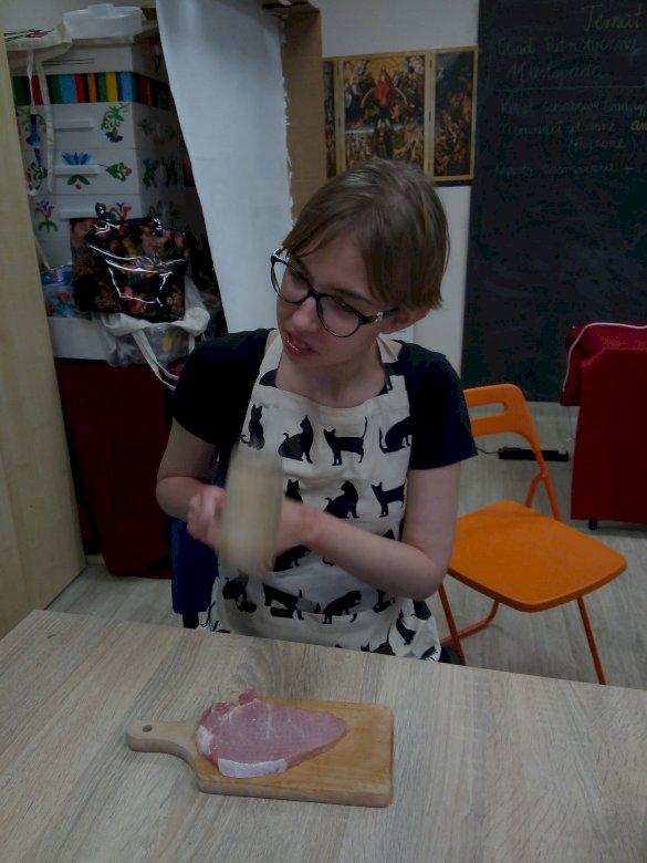 Dobrou chuť - Takto se vyrábějí nejlepší kotlety. Žena sedí na stole (5×5)