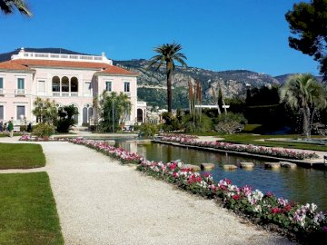 Villa ephrussi - de rothschild ---------------------. A small house surrounded by water.