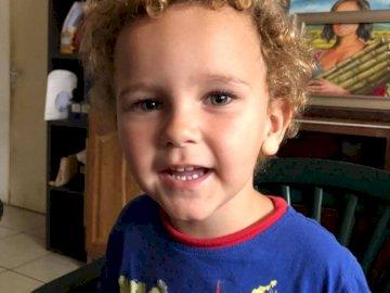Edeneden - Portret 4-letniego dziecka. Mały chłopiec siedzi przy stole.